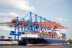 Navire porte-conteneurs dans le port Photos stock