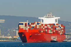 Navire porte-conteneurs dans le port d'Oakland images stock