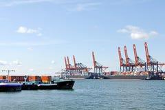 Navire porte-conteneurs dans le port de Rotterdam Image stock