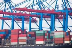 Navire porte-conteneurs dans le terminal gauche Images stock