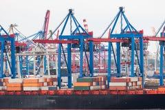 Navire porte-conteneurs dans le terminal gauche Image stock