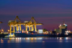 Navire porte-conteneurs dans les importations-exportations et les affaires logistiques Photographie stock