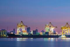 Navire porte-conteneurs dans les importations-exportations et les affaires logistiques Image stock