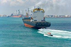 Navire porte-conteneurs de bateau pilote et photo libre de droits