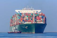 Navire porte-conteneurs de CSCL Vénus avec des bateaux de traction subite Image stock