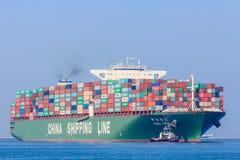 Navire porte-conteneurs de CSCL Vénus avec des bateaux de traction subite Photographie stock libre de droits
