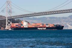 Navire porte-conteneurs de Hapag Lloyd se déplaçant sous le pont de baie d'Oakland Photos libres de droits