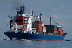 Navire porte-conteneurs en cours dans Puget Sound Photos stock