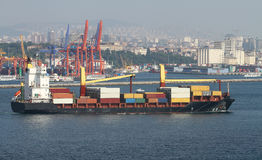 Navire porte-conteneurs en mer photo libre de droits