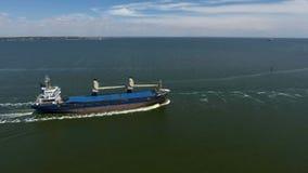 Navire porte-conteneurs en mer - longueur aérienne clips vidéos