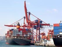Navire porte-conteneurs entièrement chargé Photographie stock libre de droits