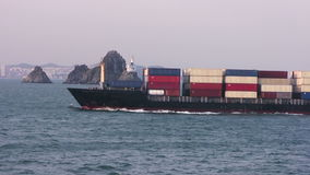 Navire porte-conteneurs entrant dans le port banque de vidéos
