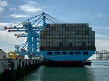 Navire porte-conteneurs et port de Rotterdam de grues Photographie stock libre de droits