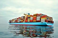 Navire porte-conteneurs ? l'ancre, attendant pour entrer dans le port image stock