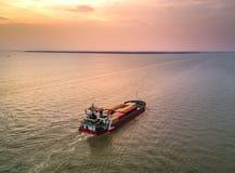 Navire porte-conteneurs moyen à l'estuaire Photo stock