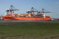 Navire porte-conteneurs orange Photos libres de droits