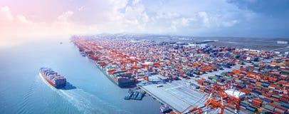 Navire porte-conteneurs partant du port photo stock