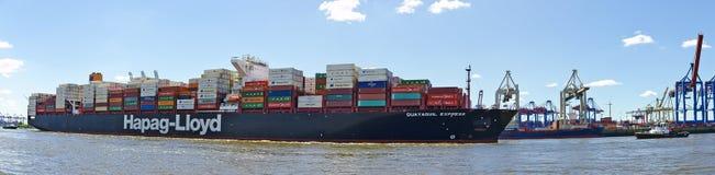 Navire porte-conteneurs partant du port images stock