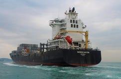 Navire porte-conteneurs près de Hong Kong Photos stock