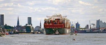 Navire porte-conteneurs quittant le port photographie stock