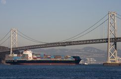 Navire porte-conteneurs sous la passerelle Photos stock