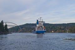 Navire porte-conteneurs sous la passerelle de svinesund, image 16 Photographie stock libre de droits