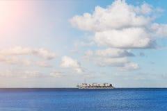 Navire porte-conteneurs sur l'océan bleu Images libres de droits