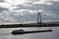 Navire porte-conteneurs sur la rivière le Rhin photographie stock libre de droits