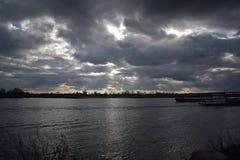 Navire porte-conteneurs sur la rivière le Rhin images stock