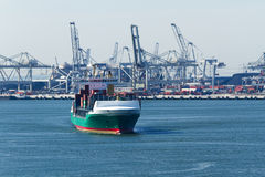 Navire porte-conteneurs sur le fleuve Photo libre de droits
