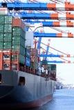 Navire porte-conteneurs sur le terminal Photos libres de droits