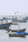 Navires amarrés dans une douche de neige, Weihai, Chine Image libre de droits