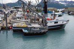 Navires attachés à une jetée dans le valdez avec des montagnes à l'arrière-plan Photos stock