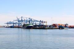 Navires dans le port de Rotterdam, Pays-Bas Images stock