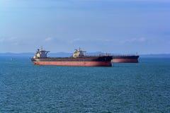 Navires de charge dans l'ancrage externe de Singapour photographie stock libre de droits
