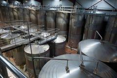 Navires de Fermating dans l'intérieur moderne d'usine Image libre de droits
