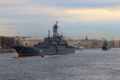 Navires de guerre à l'ancre sur Neva Images libres de droits