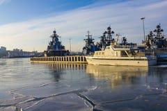 Navires de guerre dans le port du nord Image libre de droits