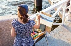 Navires de guerre de marine de dessin de jeune femme à l'extérieur dans le jour ensoleillé Images stock