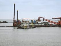 Navires de production de pétrole et bateaux d'approvisionnement Images libres de droits