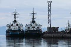 Navires gauches de construction pendant le projet de port photo libre de droits