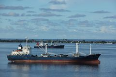 Navires porte-conteneurs dans la lagune Image libre de droits