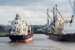 Navires porte-conteneurs dans le port Photographie stock