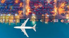Navires porte-conteneurs et avions de transport dans l'exportation et l'importation Images libres de droits