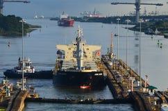 Navires porte-conteneurs vers l'ouest entrant dans des serrures de Gatun Image stock