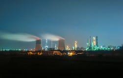 navodari晚上炼油厂罗马尼亚 免版税库存照片