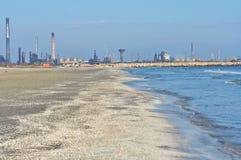 Navodari raffinaderi som ses från stranden arkivbild