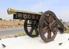 Nawab del cannone di Bahawalpur sulle ruote per la guerra, cannone del castello per difendere Canna antica del castello Cannoni a fotografia stock libera da diritti