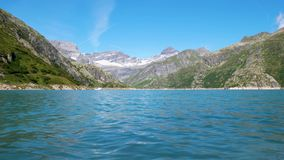 Nawadnia od wysokogórskiego jezioro przepływu w jeziornych banki spokojnie zbiory