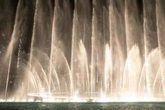 Nawadnia przedstawienie Dubaj centrum handlowego fontanny i zaświeca Obraz Stock